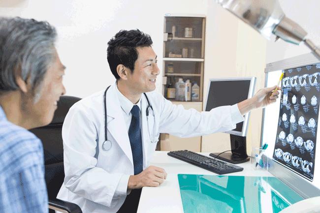 患者にカルテを説明する医者