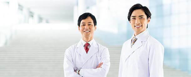 男性医師二人の写真